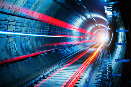 Licht paden in de metrotunnel Stockfoto