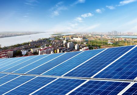 paneles solares: Vista a�rea de la ciudad y la torre en la parte superior del panel solar Foto de archivo