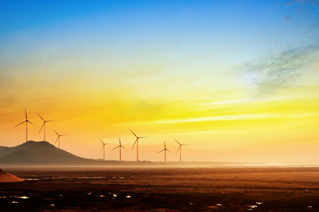 viento: Estire la medida de lo del ojo puede ver el c�sped y la distancia del horizonte, la turbina e�lica. Foto de archivo
