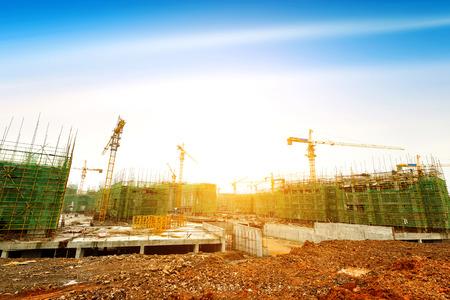 建設現場、労働者およびクレーン。 写真素材
