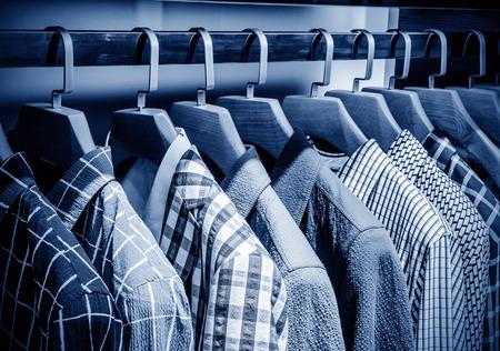 남성은 소매점에서 옷걸이에 셔츠 체크 무늬 스톡 콘텐츠 - 40820029