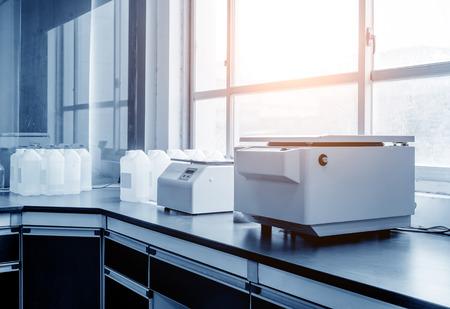 laboratorio: Centrífuga en el laboratorio médico moderno Editorial