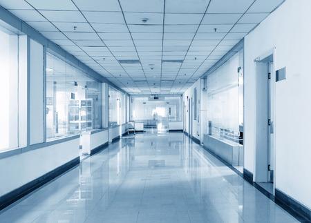 Blauton von langen Korridor im Krankenhaus. Standard-Bild - 42766916