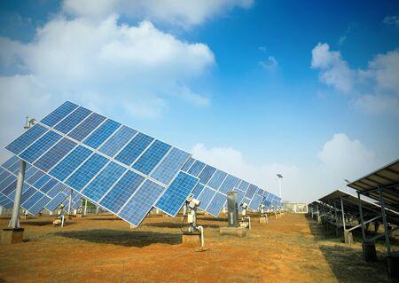 energia electrica: Los paneles solares contra el cielo azul