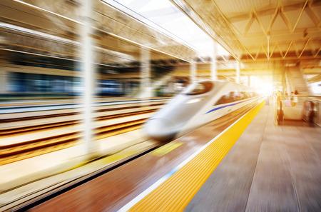 estacion de tren: tren de alta velocidad con el desenfoque de movimiento