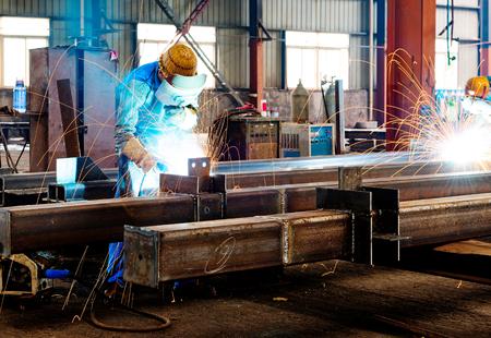 Vonken van het snijden van staal geproduceerd Stockfoto