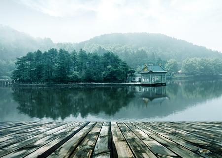 meer landschap in Lushan, blauwe lucht en het paviljoen weerspiegeld in het water