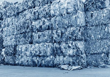 separacion de basura: Las botellas de plástico prensadas y embalados para su reciclaje