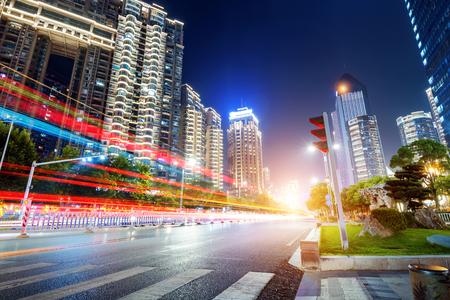 licht paden op de straat in Shanghai, China.