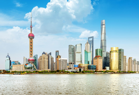 近代的な都市のスカイライン上海浦東、中国。