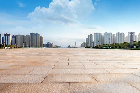 Lege vloer en modern gebouw met zonnestraal