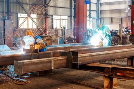 industriales: Las chispas de la corte de acero producido Editorial