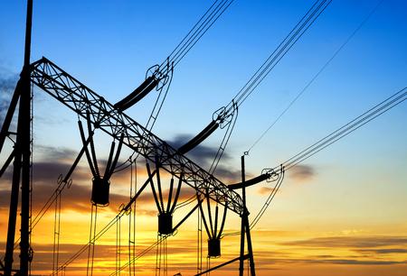torres de alta tension: estación convertidora bajo el cielo atardecer, equipos eléctricos y cableados.
