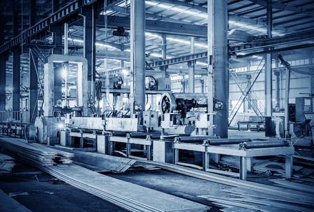 maquinaria: Fábrica de acero línea de producción, los trabajadores están trabajando. Editorial