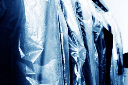 ropa vieja: Servicio de lavander�a, colgando de los bastidores de ropa vieja. Foto de archivo