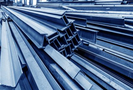 Staalfabriek vloer, gestapeld met veel staal Redactioneel