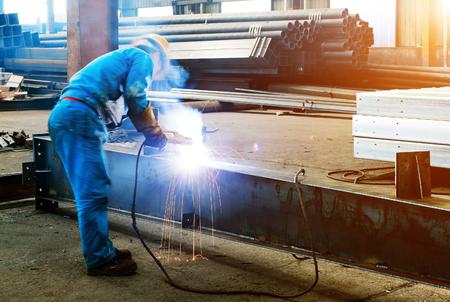 obrero: Los trabajadores en el trabajo, la operación de soldadura en curso.