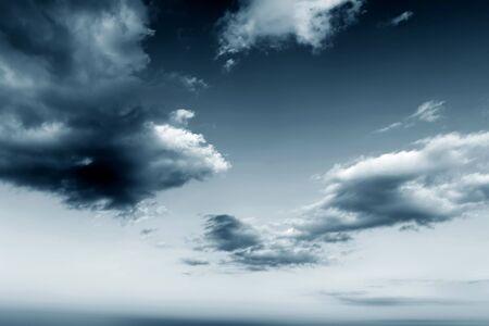 Hintergrund der dunklen Wolken vor einem Gewitter-Sturm