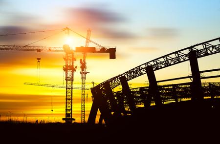 estructura: Obra de construcción de estructuras de acero silueta sitio y grúas.