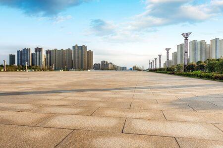 cemento: Piso vacío y moderno edificio con el rayo de sol Foto de archivo