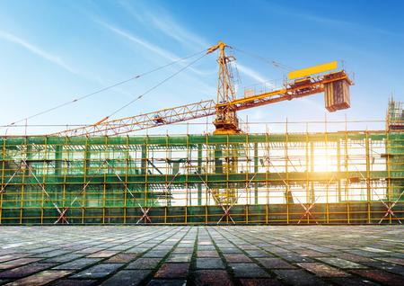cemento: Andamios para la construcción y grúas Foto de archivo