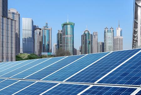 anuncio publicitario: Shangai paisaje urbano, señales y paneles solares