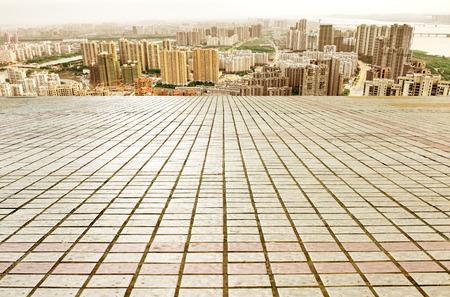 piso piedra: Panoramic skyline and buildings with empty concrete square floor