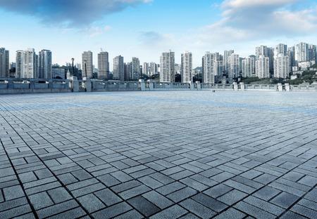 pavimento in marmo vuota con il paesaggio urbano e skyline in cielo della nube