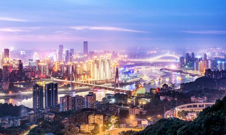 都市の景観と重慶のダウンタウンのスカイラインの夜景