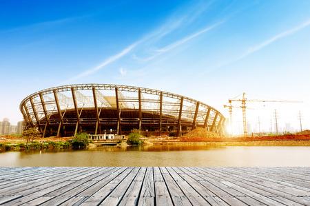 estructura: Las obras de construcción, estructuras de acero y grúas bajo el cielo azul.