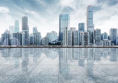 lege marmeren vloer met stadslandschap en de skyline in wolkenhemel