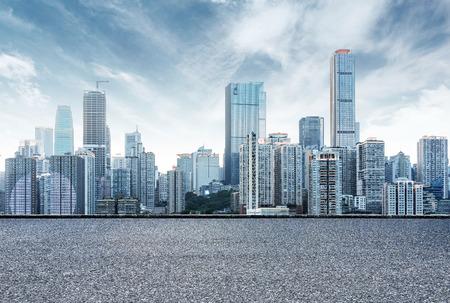 중국 충칭 도시의 스카이 라인, 아스팔트 도로의 앞에.