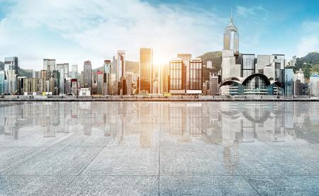 Lege marmeren vloer met stadslandschap en de skyline in wolkenhemel Stockfoto - 66136030