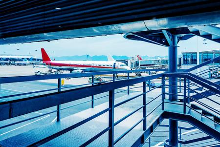 Shanghai Pudong International Airport en vliegtuigen boarding bruggen Redactioneel