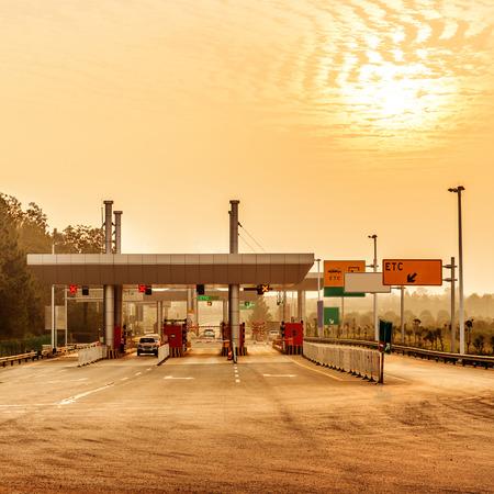 spoor: Chinas snelweg tol en twilight voertuig landschap.