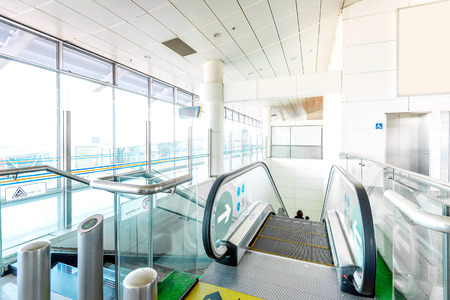 터미널 빌딩의 에스컬레이터, 건물의 현대적인 인테리어.