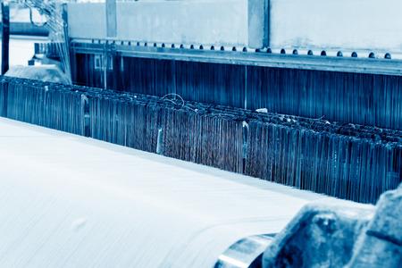Webmaschine produzieren weiße Tuch.Blue Ton Karte. Standard-Bild - 76077092