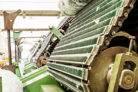 Merkmale der Kardiermaschine in der Textilfabrik Standard-Bild - 76077159