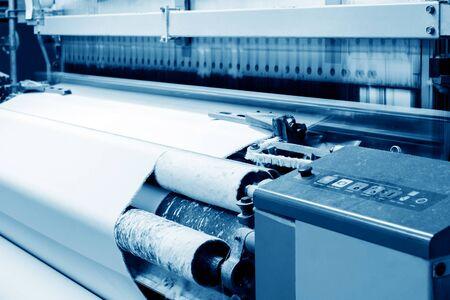 tela blanca: máquina de tejer producir blanco mapa tono cloth.Blue. Foto de archivo