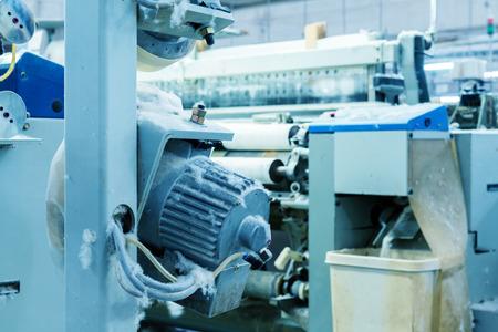 Weaving-Werkstatt, Webmaschine produziert Tuch. Standard-Bild - 76077389