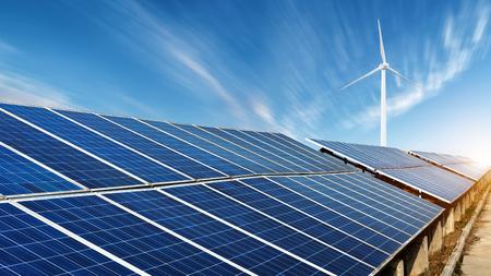 太陽光発電所とリモート風力発電機