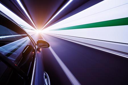 車の他の車を追い越し、高速での高速道路運転