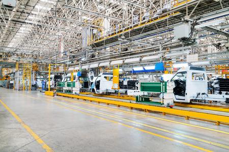 Linea di produzione automobilistica, lavoratori qualificati sono al lavoro.