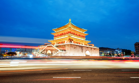 西安、古代のシルクロード、中国、夜に美しい鐘楼の出発点