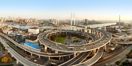 黄浦川を渡る美しい南風橋、上海、中国。 写真素材