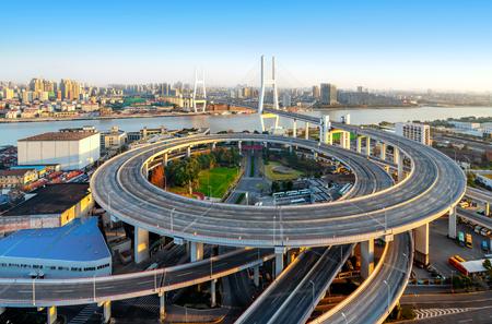 De Nanpu-brug, die op een speciale manier werd gefotografeerd, heeft geen spektakel van autorijden. China Shanghai. Stockfoto - 104153139