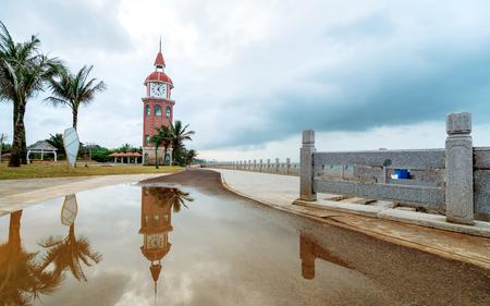 Der alte Glockenturm befindet sich an der Küste, Haikou, Hainan, China.