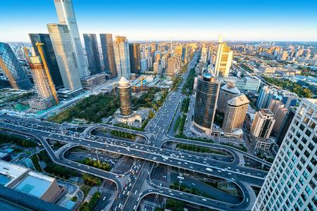 Hoge gebouwen en viaducten in het financiële district van de stad, Beijing, China. Stockfoto - 109479386