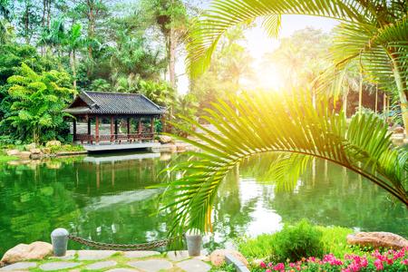 Guangxi Nanning Qingxiu Shan paisajes, lagos y edificios antiguos.