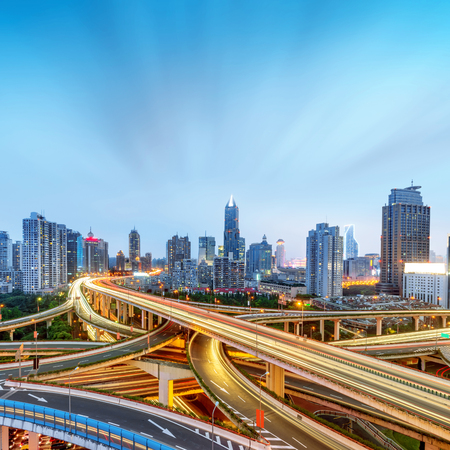 Moderne mehrstöckige Viadukt-Nachtansicht, Shanghai, China. Standard-Bild